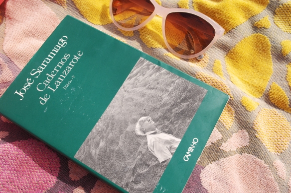 beach, reading, josé saramago, diários de lanzerote, pink hm sunglasses