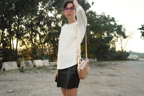 black & white outfit, leather skirt, white jersey, rose gold bag, black booties, fall boots